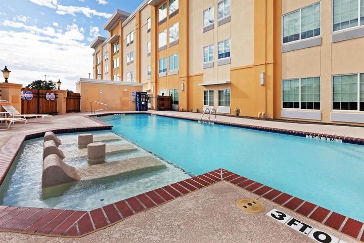 Pet Friendly La Quinta Inn & Suites Love Field