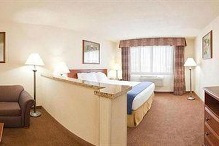 Pet Friendly Holiday Inn Express Hotel & Suites Farmington