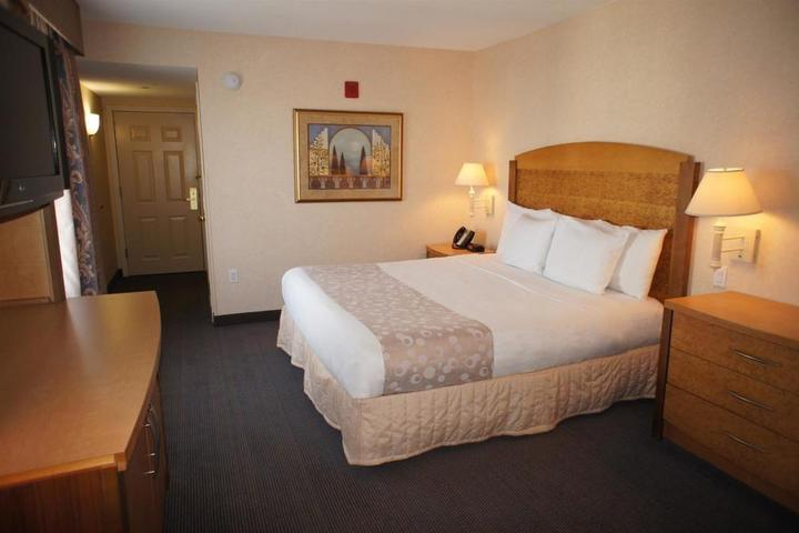 Pet Friendly La Quinta Inn & Suites Islip Macarthur Airport