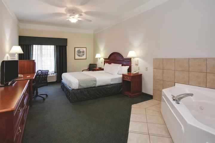 Pet Friendly La Quinta Inn & Suites Fort Myers Airport