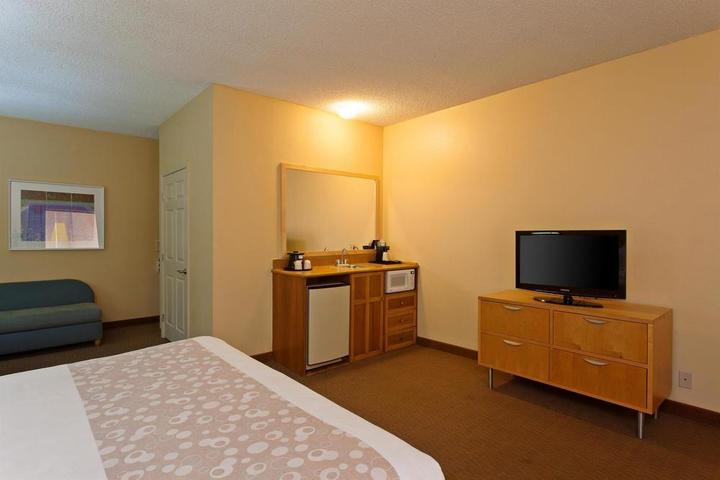 Pet Friendly La Quinta Inn & Suites Orange County Santa Ana