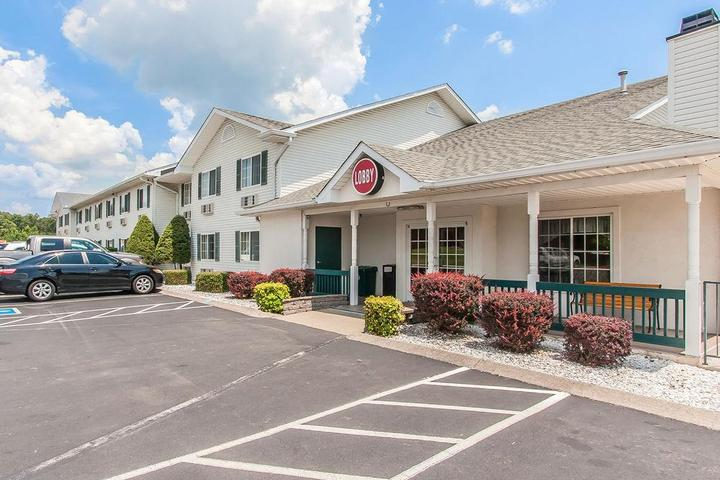 Pet Friendly Econo Lodge Inn & Suites Dickson
