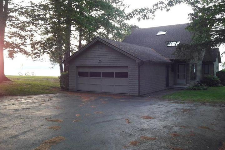 Pet Friendly Lakeside Large Home in Newport