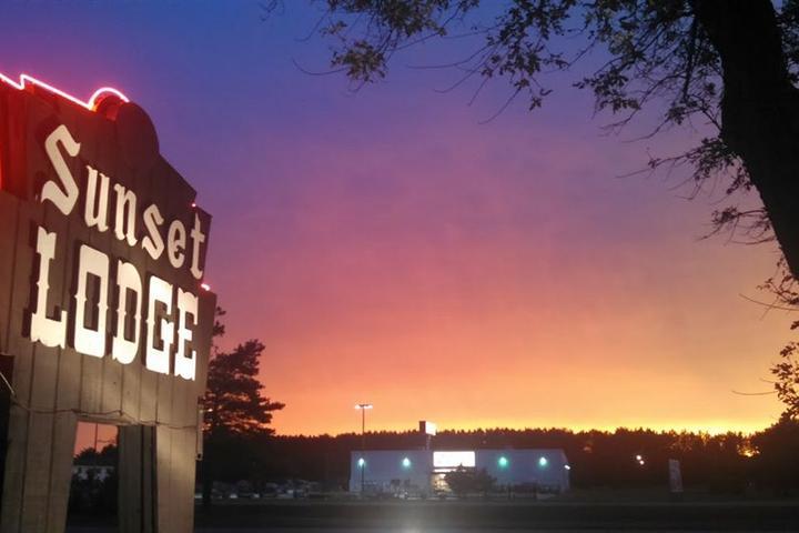 Pet Friendly Sunset Lodge Escanaba