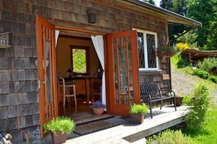 Pet Friendly Alderwood Cottage & Suite - Bowen Island