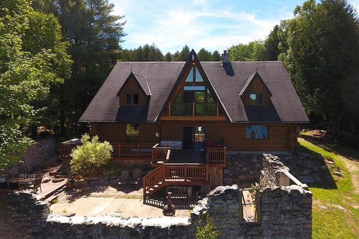 Pet Friendly Stunning Log House on a Private Lake