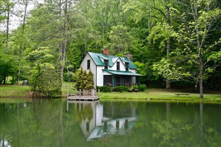 Pet Friendly 4-Bedroom on the Mill's River