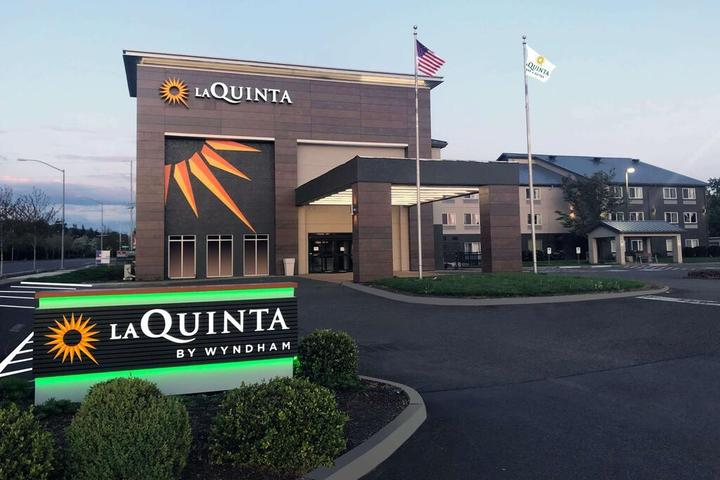 Pet Friendly La Quinta Inn and Suites by Wyndham Springfield