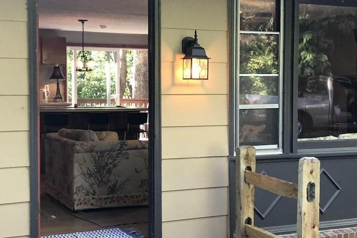 Pet Friendly 2/2 House with Fireplace