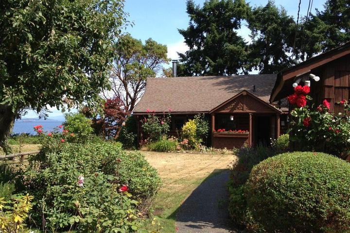 Pet Friendly Charming 2 Bedroom Waterfront Log Home