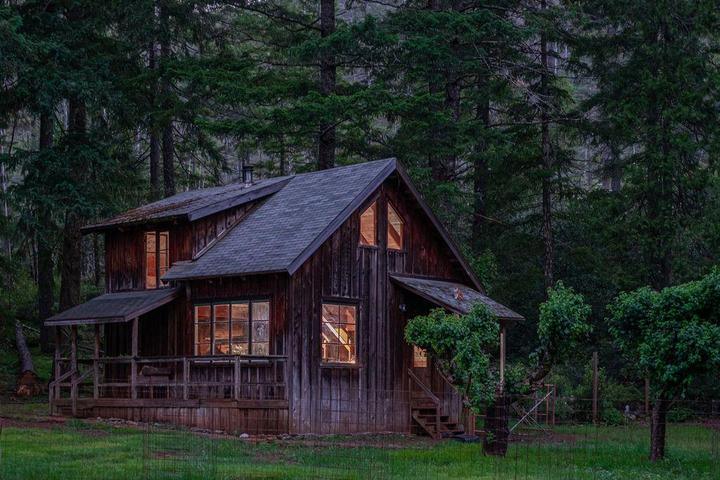 Pet Friendly North Fork Smith River Cabin