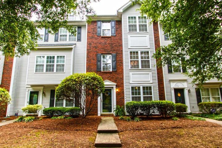 Pet Friendly 3/4 Townhouse with Swimming Pool