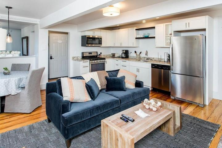 Pet Friendly Waterfront 2/2 Apartment in Portland