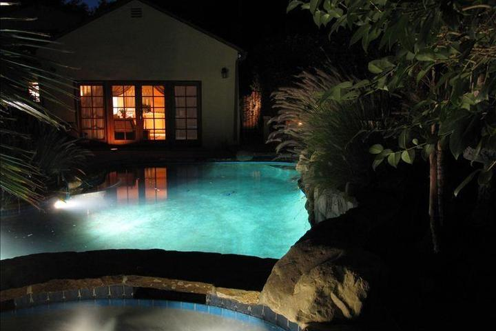 Pet Friendly Beautiful Cottage with Pool and Jacuzzi