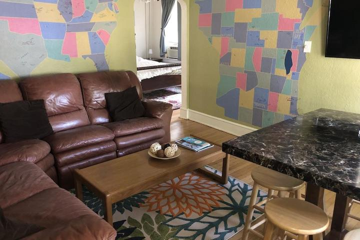 Pet Friendly Best Location in Milwaukee Lower Duplex Unit