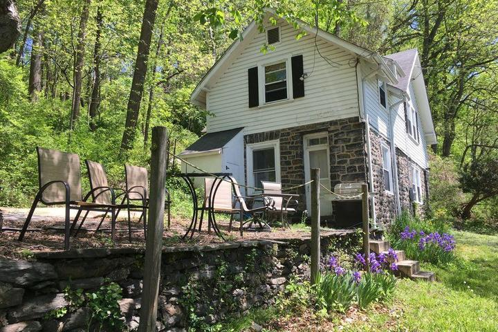 Pet Friendly Charming Carriage House 3-Bedroom