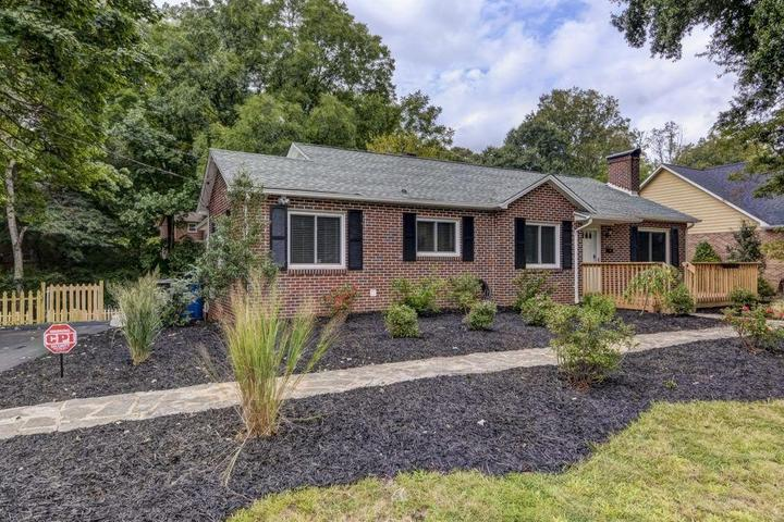 Pet Friendly 2/1 House with Fenced Yard