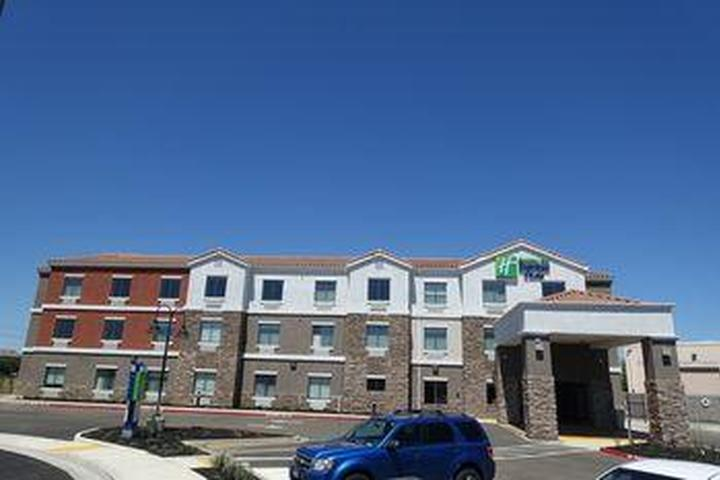 Pet Friendly Holiday Inn Express & Suites Brentwood