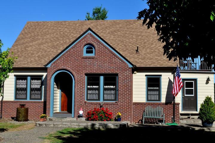 Pet Friendly Twin Oaks Cottage