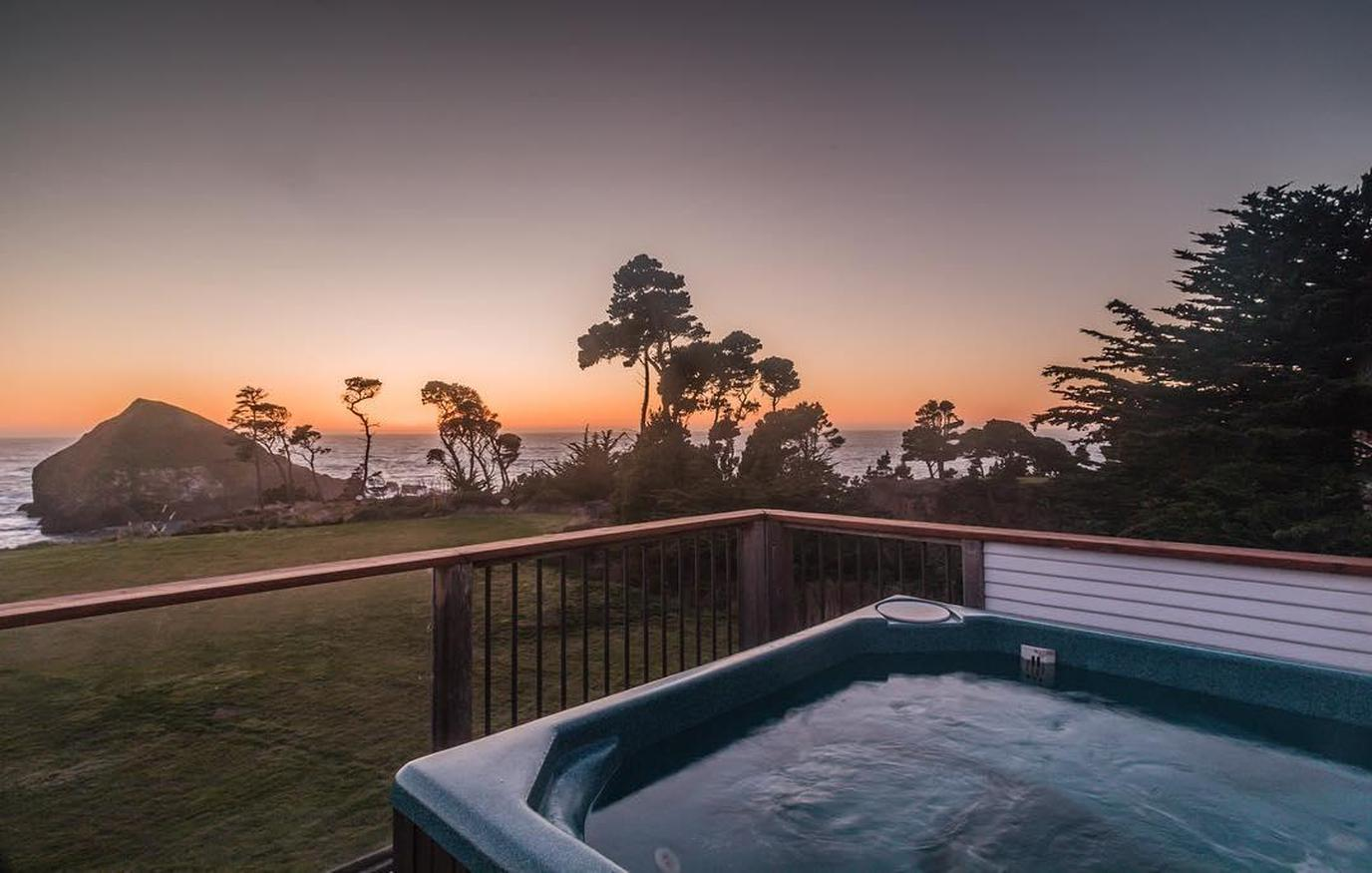 A Hot Tub on the Deck of a Pet-Friendly Room With Jacuzzi in Mendocino.