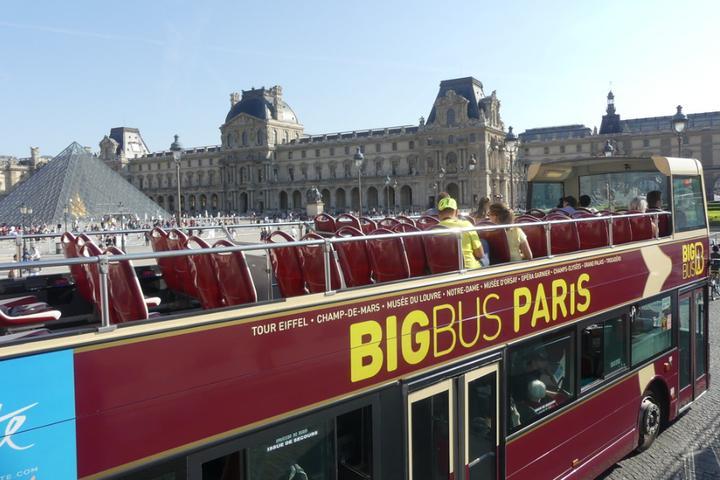 Pet Friendly Big Bus Paris champs elysees