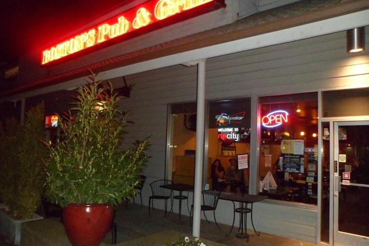 Pet Friendly Boston's Pub & Grill